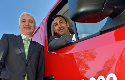 Benoit Dilly of Arval hands over the 100,00th funded vehicle to Jadon Silva of Homserve.
