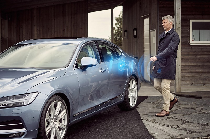 Volvo_Cars_digital_key man