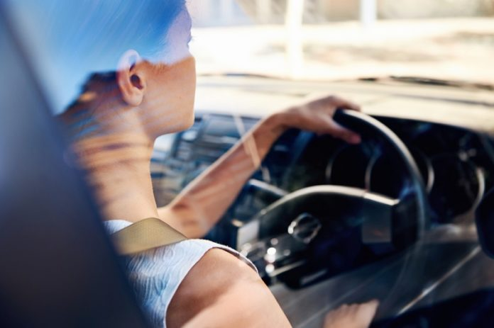 Businesswoman-at-the-wheel-of-a-leased-car-696x463